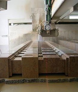 Maschinelle Steinbearbeitung von Balustern aus Sandstein