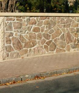 Wiederherstellung einer Bruchsteinmauer mit Anfertigung einer neuen Säule und Abdeckung aus Sandstein