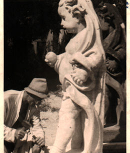 Erich Mettig bei der Herstellung einer Skulptur für den Dresdner Zwinger